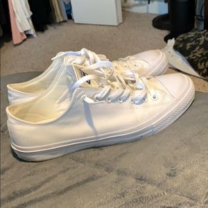 Converse chuck taylor lows all white size 11
